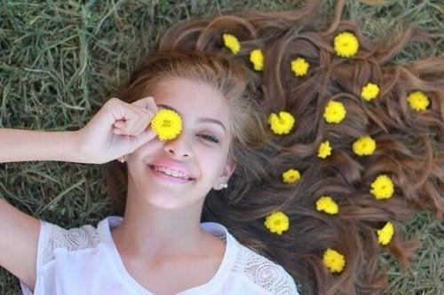Adolescente con fiori gialli