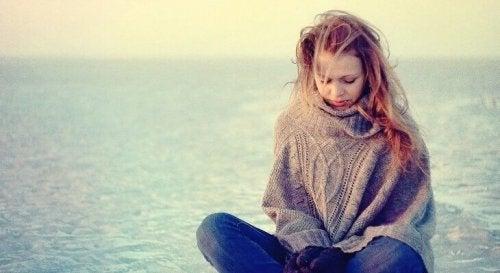 Adolescente triste che pensa alle situazioni estreme che fanno apprezzare la vita