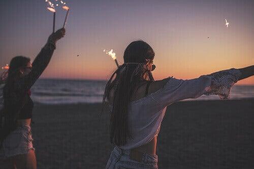Adolescenti a una festa in spiaggia