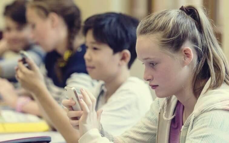 Adolescenti in classe con il cellulare
