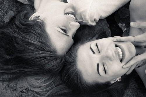 Amiche che sorridono