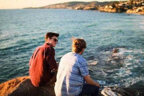 Amici che parlano di fronte al mare amicizia a prima vista