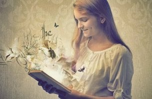 Bambina che legge i libri sono specchi
