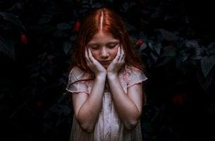 Bambina con capelli rossi persone altamente sensibili