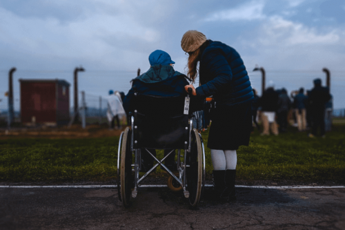 Bambina su sedia a rotelle con un'amica bambini disabili