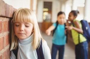 Bambina vittima di bullismo