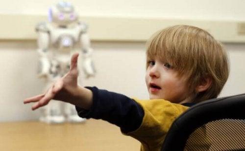 Bambino con robot