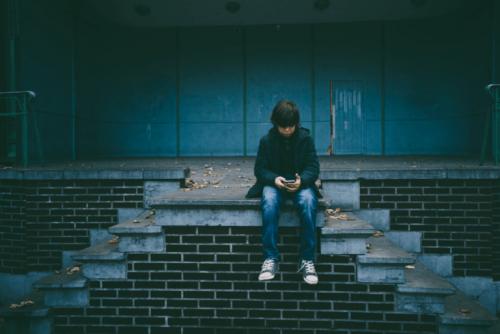 Bambino da solo seduto sulle scale