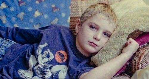 Bambino sdraiato sul divano