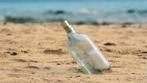 Bottiglia nella sabbia