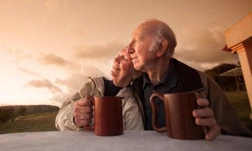 Coppia anziana con tazze all'alba