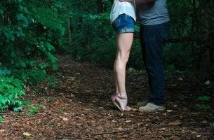 Coppia che si bacia nel bosco