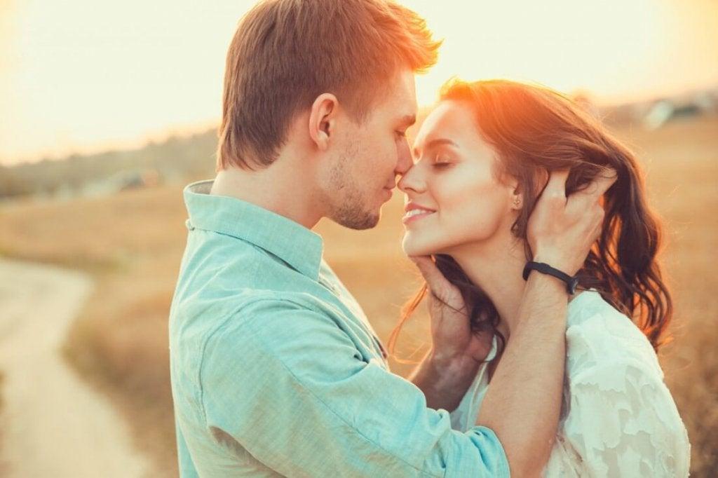 Coppia che si dimostra amore