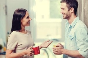 Coppia che ha una conversazione positiva