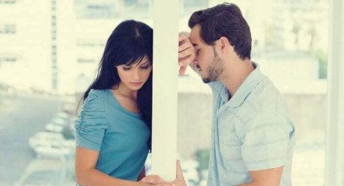 Coppia separata da parete l'amore finisce