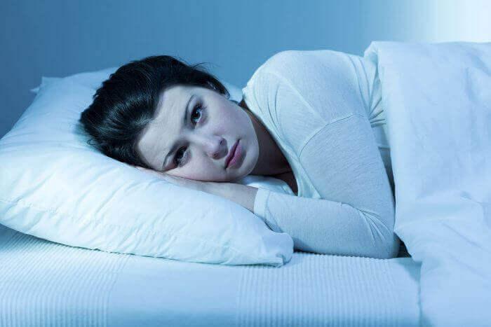 Donna sveglia a letto