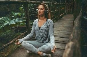 Donna che medita mentre ascolta musica rilassante