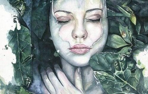 Una donna avvolta nelle foglie
