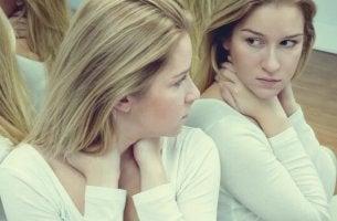 Donna che si guarda allo specchio autostima ed ego