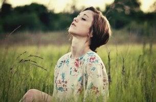 Donna in campagna mente silenziosa
