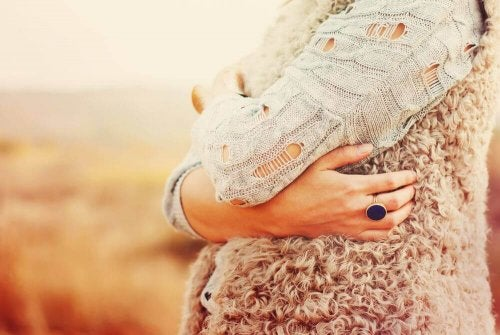 Donna che abbraccia se stessa