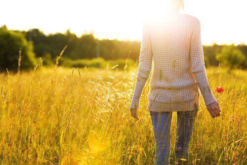Donna che cammina in campo di fiori