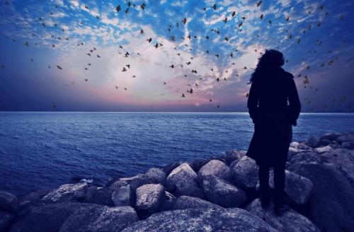 Una donna che guarda il mare