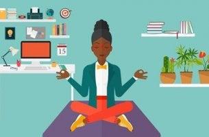 Donna che medita essere più produttivi