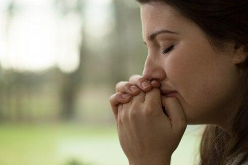 Donna che piange ai sentimenti non interessa il conto in banca