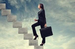 Una donna che sale le scale integrarsi in un nuovo posto di lavoro