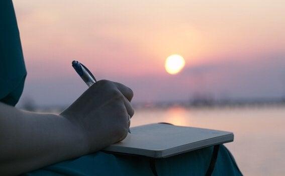 Donna che scrive diario all'alba