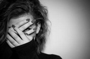 Una donna che si copre il viso pericoli immaginari