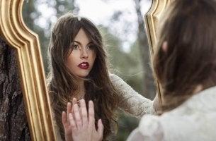 Donna che si guarda allo specchio