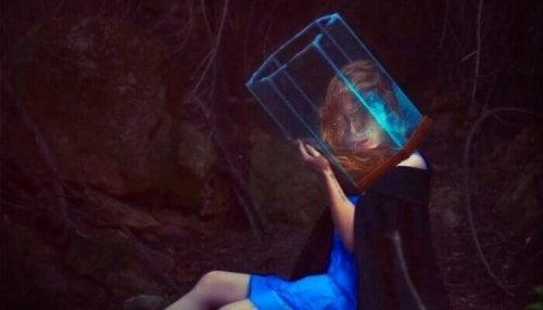 Donna con cubo di vetro in testa