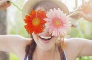 Donna con fiori sugli occhi volersi bene