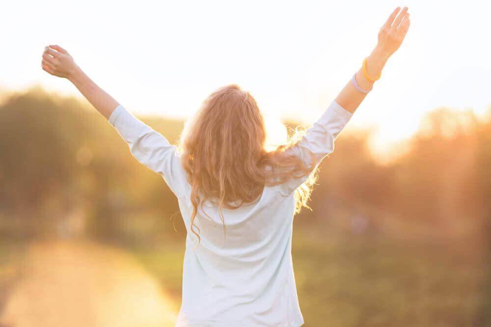 Donna con le braccia alzate frasi di psicologia