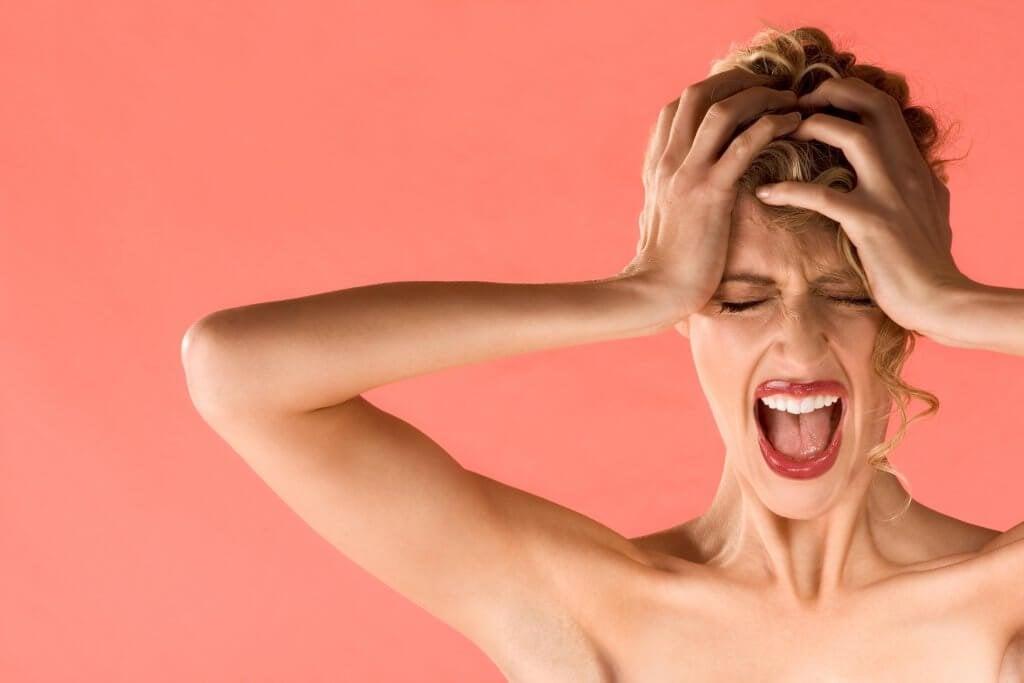 Donna con mal di testa a causa della misofonia