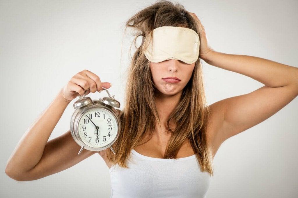 Donna con mascherina e sveglia in mano