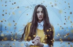 Donna con occhi chiusi e ombrello in mano ignorare sensazioni