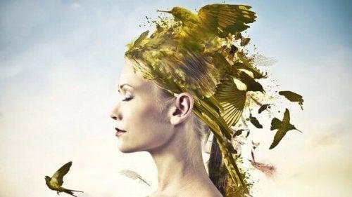 Una donna con gli uccelli in testa