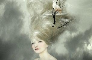 Donna con uccello sui capelli