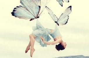 Donna e farfalle