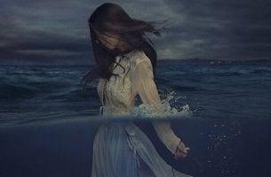 Donna in acqua il potere della resilienza