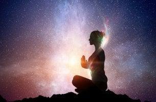 Donna che medita per risvegliare la luce interiore