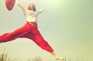 Una donna che salta emozioni primarie