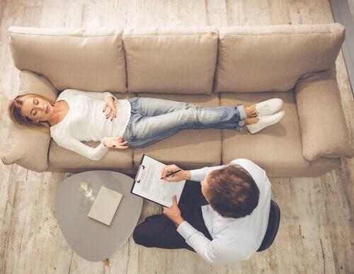 Donna sdraiata dallo psicologo