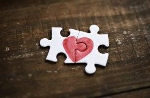 Due pezzi di puzzle che formano un cuore