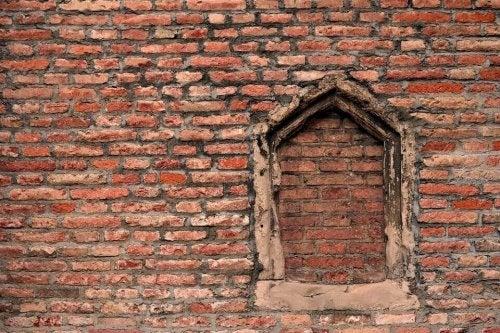 Finestra rotta ricoperta di mattoni