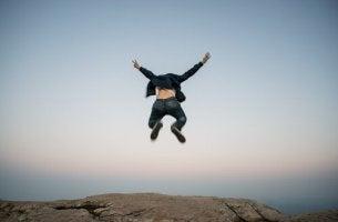 Fobia d'impulso: uomo che salta nel vuoto