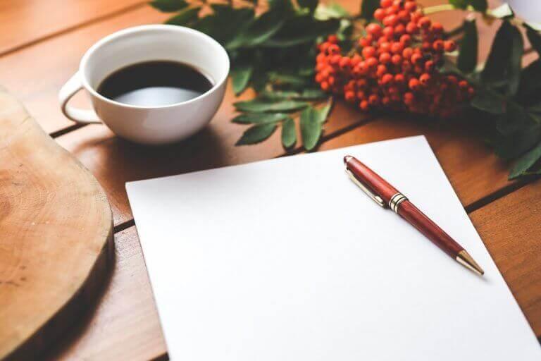 Foglio e penna per scrittura terapeutica